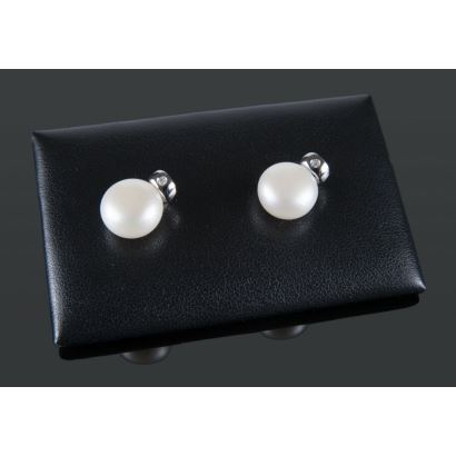 Joyas. Pendientes de oro blanco con perlas y brillante, suman 0,03cts.