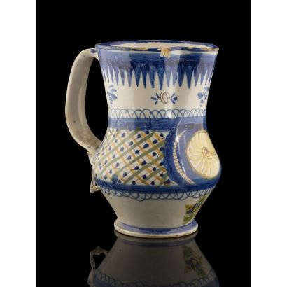 Jarro de cerámica policromada de Manises s.XIX. con bonita decoración geométrica en azul, verde y amarillo sobre fondo blanco. Marca: G.V.  Altura: 20cm.