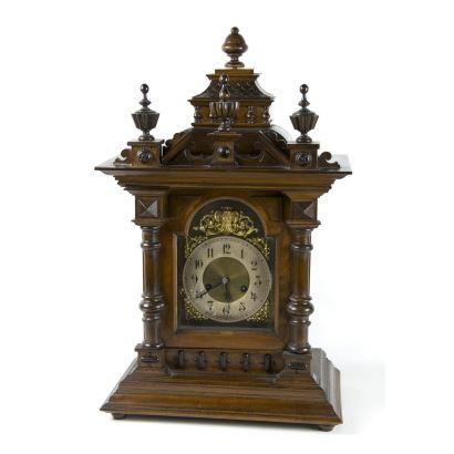 Reloj de sobremesa tipo capilla, fin S. XIX- ppios. S. XX.