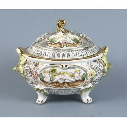 Porcelana. Sopera en porcelana portuguesa, S. XX.