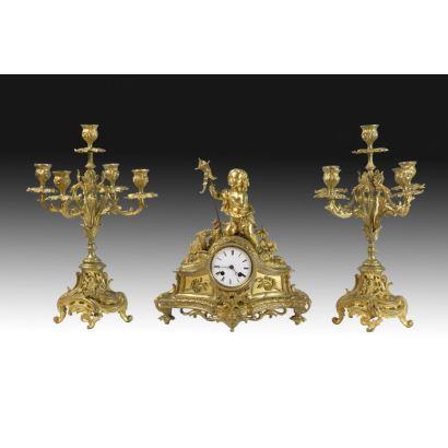 Relojes. Reloj de sobremesa con guarnición, estilo Luis XV.