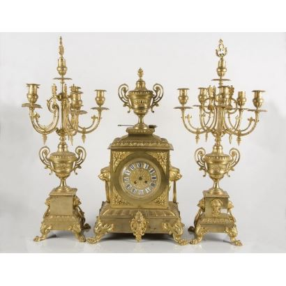 Magnificent French S.XIX clock with two matching chandeliers in five-arm gilt bronze. The watch is crowned with a trophy and flanks with two lion masks. 63x35x26cm watch / 72x17cm candlesticks.