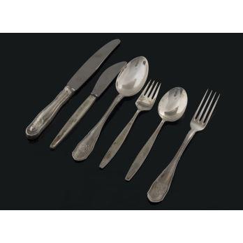 Elegante servicio de mesa en plata, compuesto por seis piezas: tenedor de mesa, tenedor de postre, cuchara de sopa, cucharilla de postre y cuchillo para pan. Marca: M.ESPUÑES. Peso: 220g.