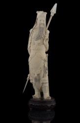 Importante talla de marfil en la que vemos un Guerrero chino con lanza, destaca por su gran detallismo y expresividad. Con certificado de antigüedad expedido por la Federación Española de Anticuarios. Altura: 39cm.