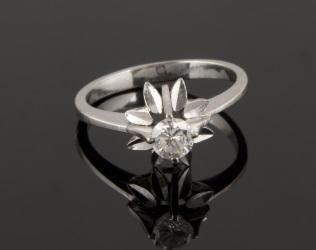 Magnífico solitario de oro blanco, alberga brillante engastado en garra dentro de estrella. Brillante: 0,27cts. 2,5g. 15,5mm.