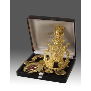 Lote formado por dos medallas y botones de uniforme miliar, todos en dorado.
