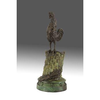 Magnífica figura en bronce patinado, representa la figura de un gallo sobre una cesta. Medidas: 20x9x9cm.
