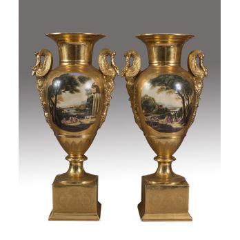 Importante pareja de jarrones en porcelana dorada Viejo París, decorados con escena de paisaje. Medidas: 69x33x20cm.