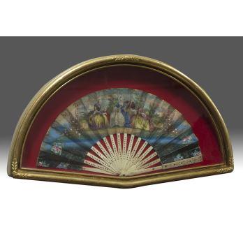 Abanico pintado a mano del S.XIX con escenas de carácter cortesano, abaniquera con marco de madera. 55x30cm / 22x40cm