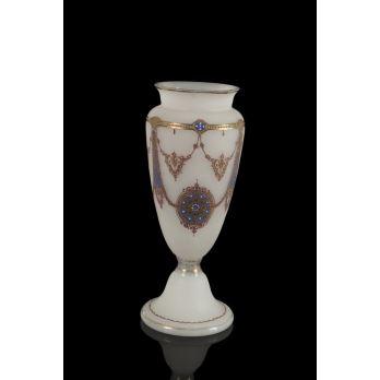 Bonito florero isabelino realizado en opalina blanca, con bonita decoración dorada. Medidas: 34x11cm.
