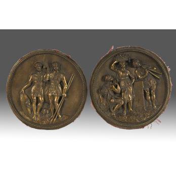 Pareja de medallones de bronce de principio del s.XX. Presentan decoración clásica en bajo relieve. Medidas: 19x19cm.