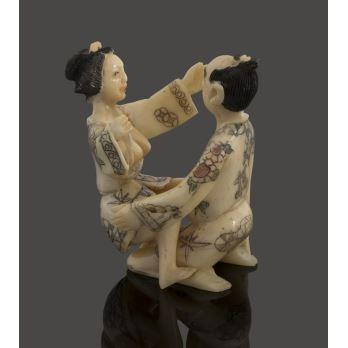 Figura erótica tallada en hueso. Medidas: 5x4,5x6cm.