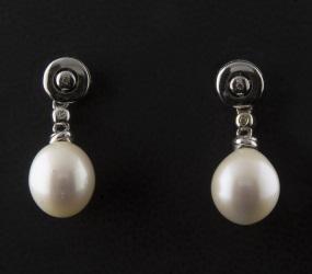 Pendientes en oro blanco de 18k con 0'03cts en brillantes y perlas perilla