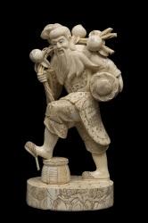 Magnífica escultura de hueso, representa vendedor chino con gran realismo se trata de un vendedor que carga cesta y frutas, gran realismo en rostro.  Medidas: 42x21x16cm.