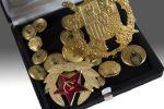 Objetos. Lote formado por dos medallas y botones de uniforme miliar, todos en dorado.