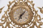 Relojes. Reloj de sobremesa realizado en bronce dorado sobre base de mármol, presenta decoración calada de rocalla y aves. No funciona. Medidas con peana: 38x48x16,5cm.