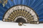Objetos. Magnífico abanico realizado en seda azul y pintado a mano con una bella decoración frutal. 35x5cm.