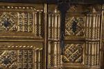 Muebles. Importante bargueño de Bargas  de muestra cubierta sobre mesa de fiadores, con múltiples cajones ricamente tallados y dorados. que alternan motivos florales con pequeñas columnas, tiradores de venera metálicos. Siglo XIX.
